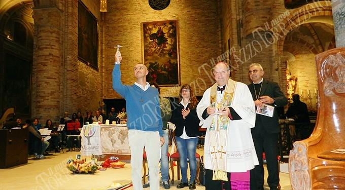 Entrega del crucifijo misionero al P. Francesco